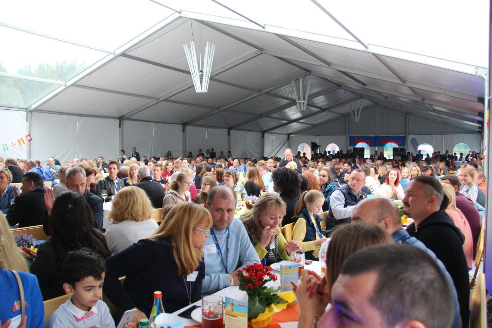 Das bis oben hin gefüllte Festzelt war Mittelpunkt der Veranstaltung.