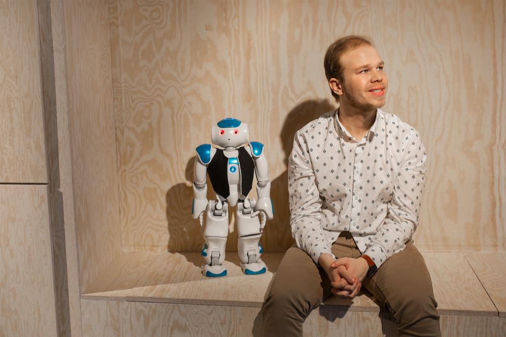 Fredrik Löfgren, från Dyno Robotics och roboten Elsa.