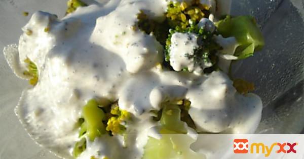 Broccoli florets with Gorgonzola dressing