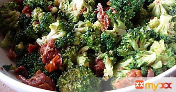 Broccoli salad with crisp bacon bits
