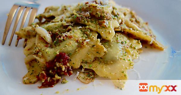 Spinach Ravioli with Arugula and Sun Dried Tomato Pesto