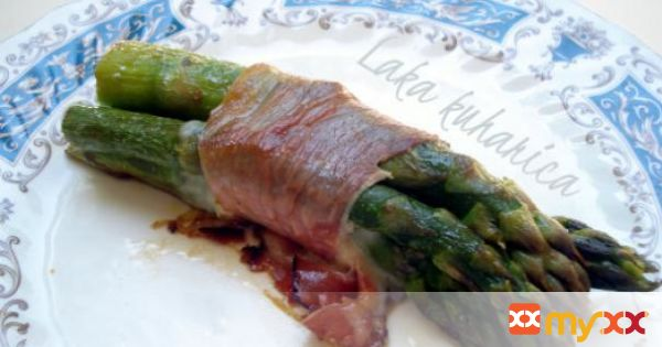 Parcels with asparagus, mozzarella and prosciutto