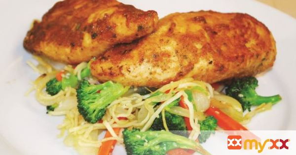Quick and easy juicy garlic chicken and vegetable stir fry