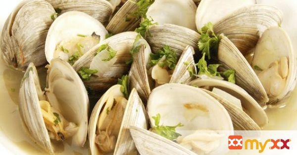 Steamed Clams in Lemon-Garlic Broth