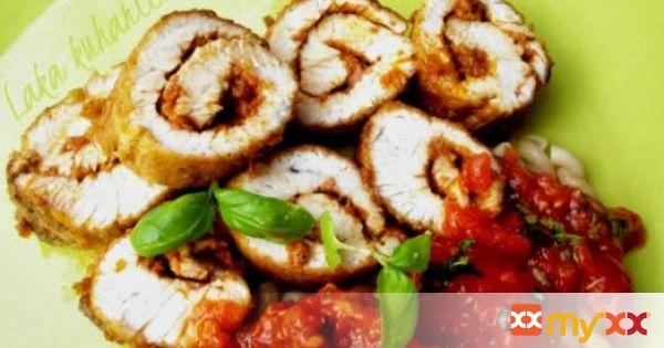 Turkey rolls with pesto and tomato sauce