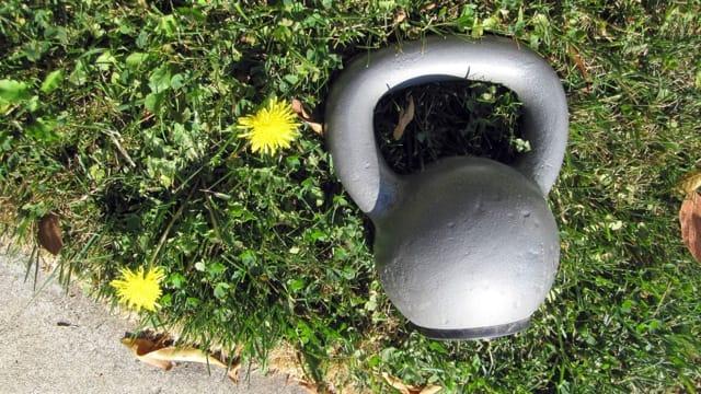 kettlebell-grass