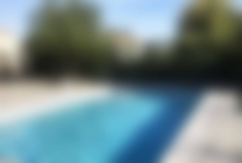 terrasse grisé avec piscine en muiracatiara