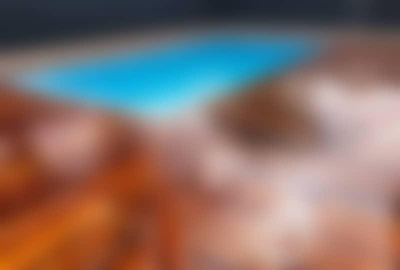terrasse autour d'une piscine en muiracatiara mouillé