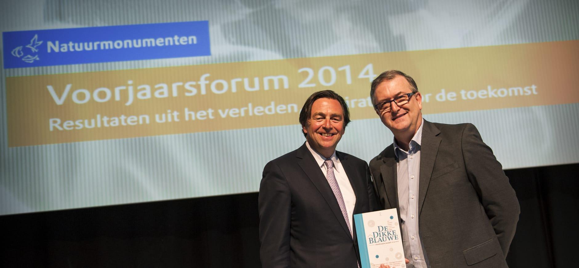 Eerste exemplaar van Filanthropium jaargids uitgereikt