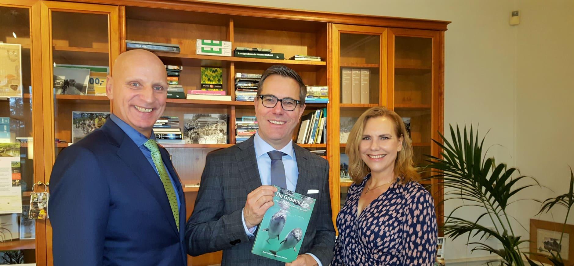 Directeur Natuurmonumenten neemt boek De Groene Zee in ontvangst