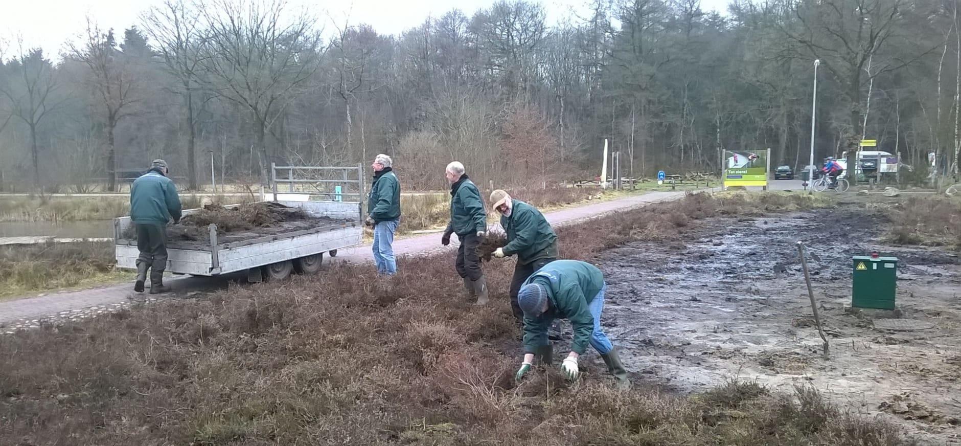 Vrijwilligers maken entree Bezoekerscentrum Dwingelderveld prachtig
