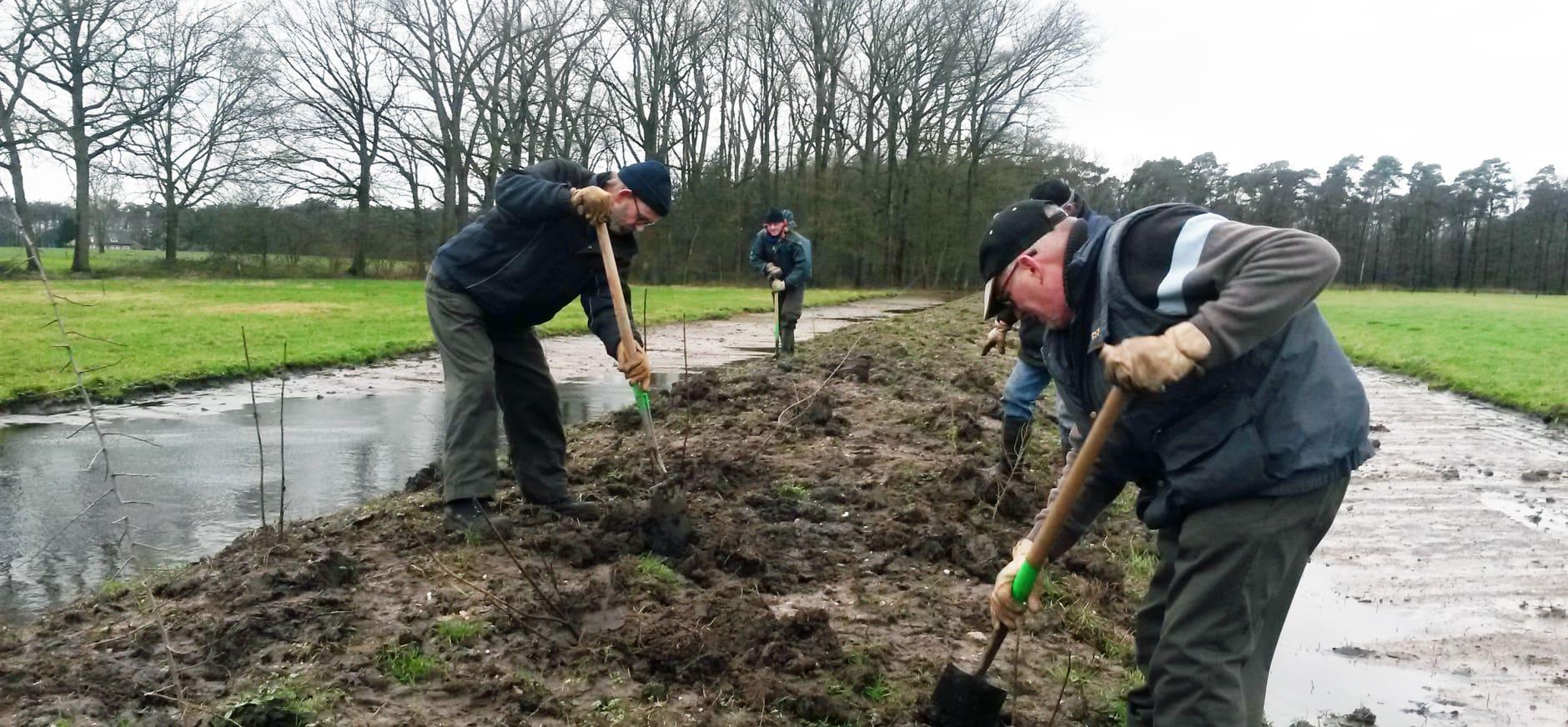Vrijwilligers in weer en wind voor de natuur