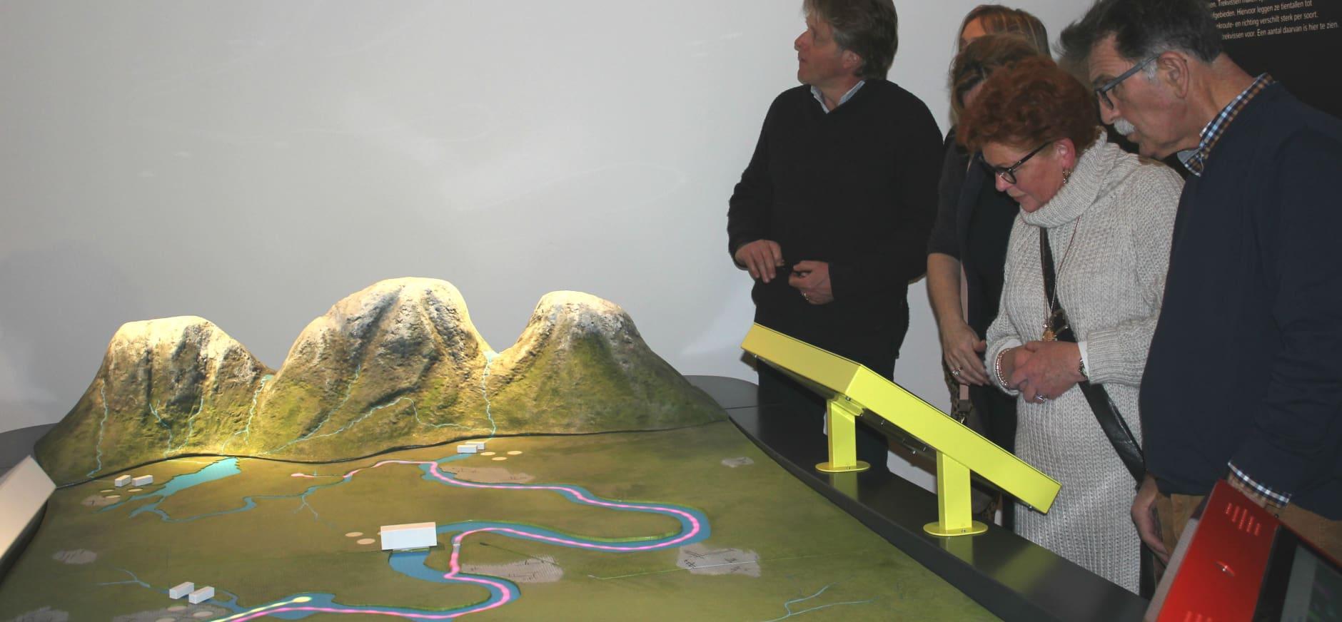 Bezoekers expositie Swim, Fish, Swim