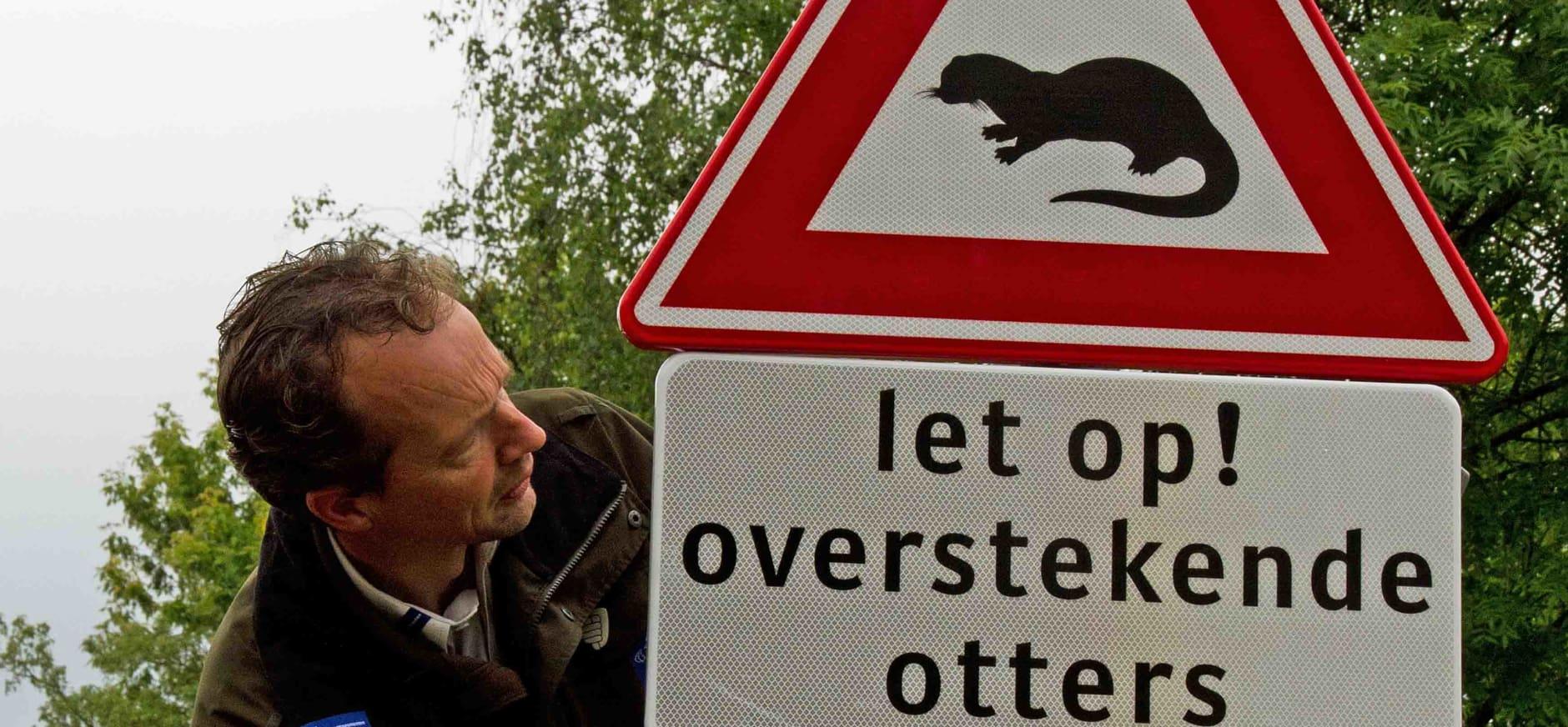 Boswachter John Pietersen plaatst otterbord