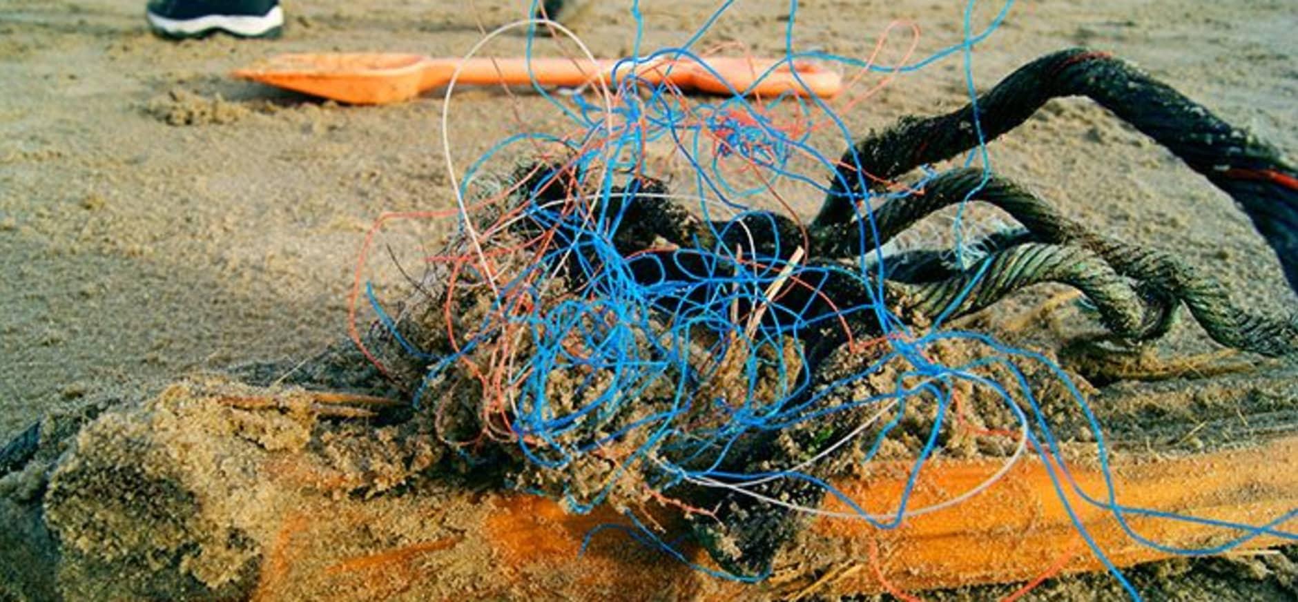 zwerfafval opruimactie langs de zee