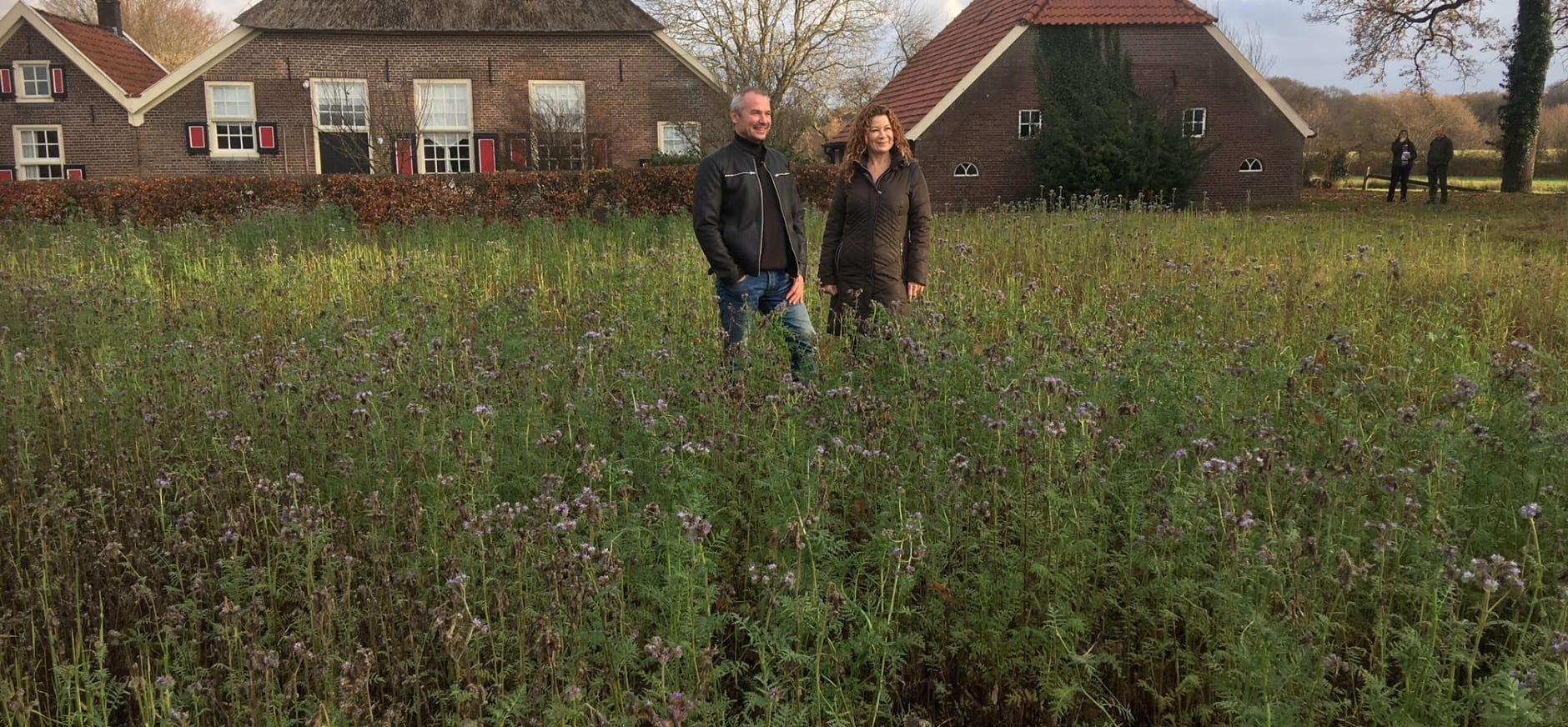 De nieuwe natuurboer Arjen van Buuren met zijn vrouw Winny voor hun nieuwe boerderij op Velhorst