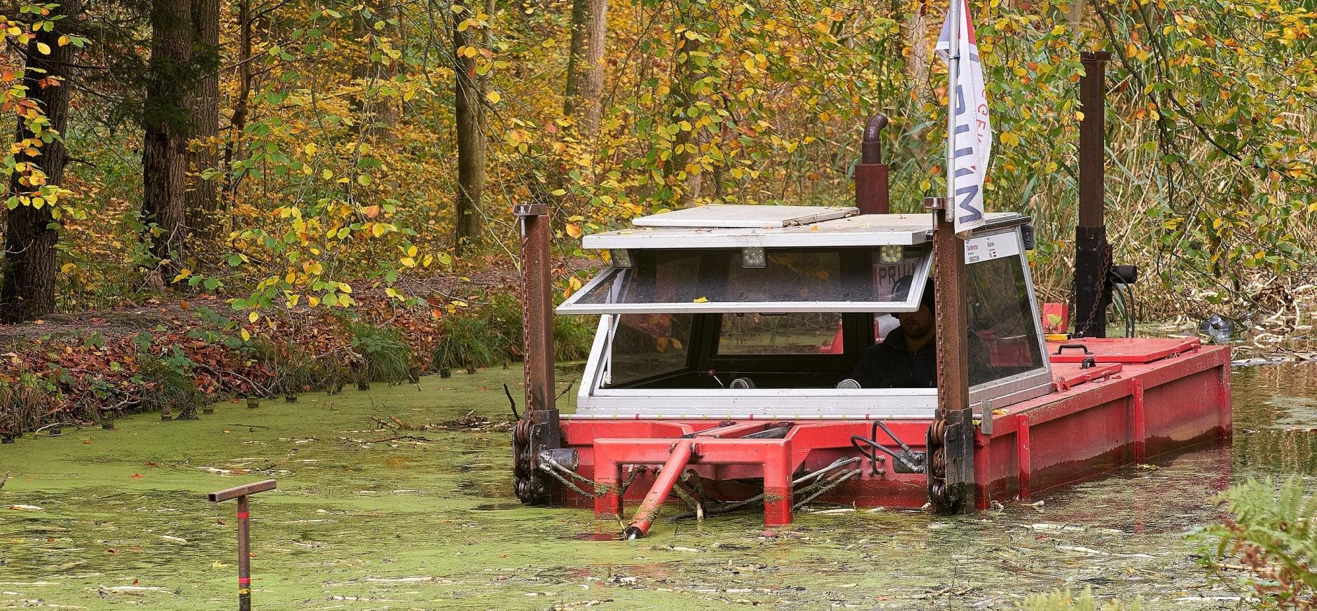 Baggeren met baggerboot in het Waterloopbos