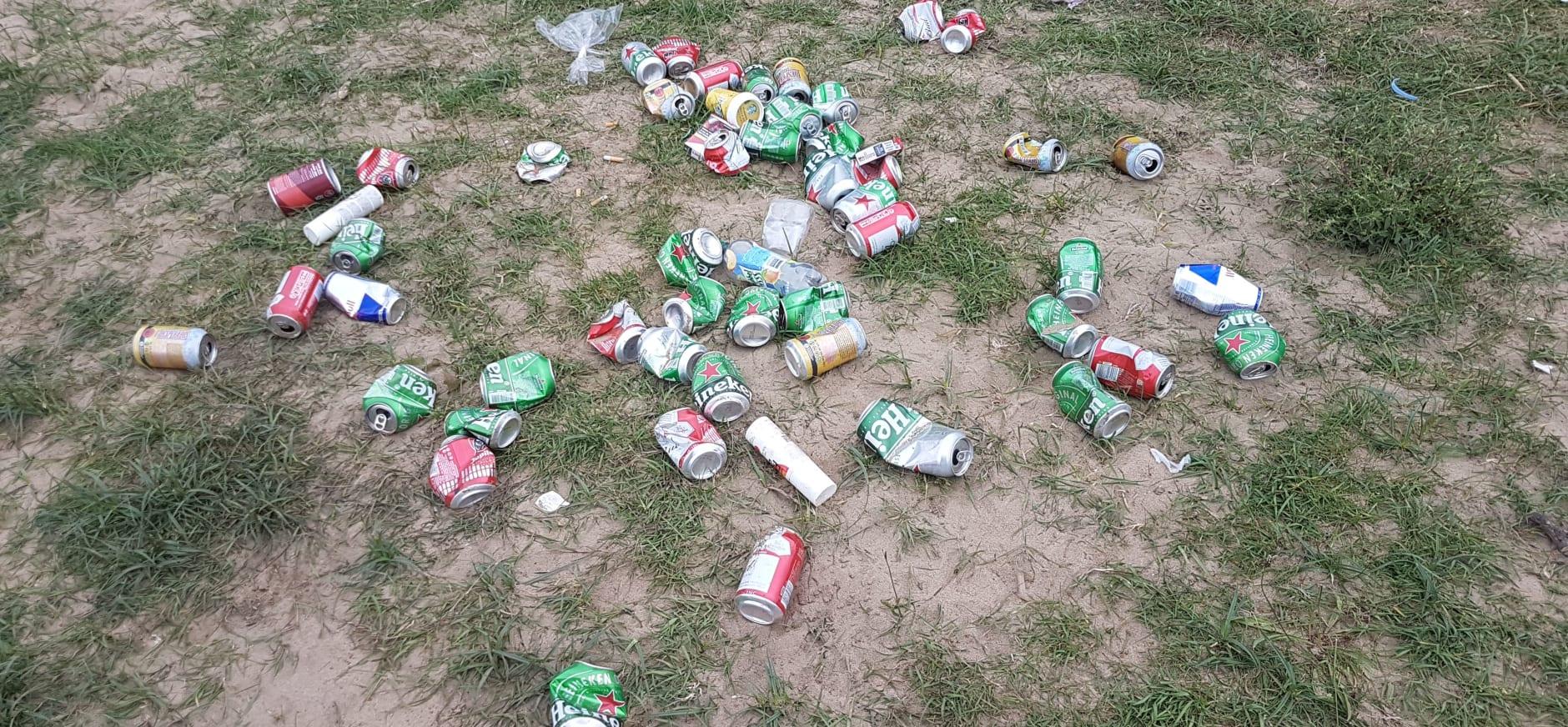 Blikjes afval langs de Maas