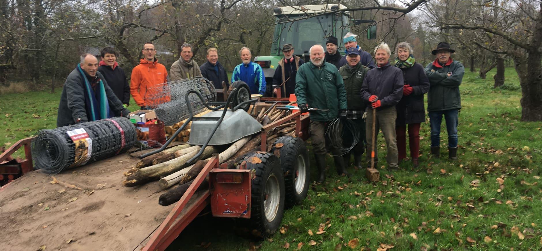 Vrijwilligers plantten de jonge appelbomen in de boomgaard van Coelhorst