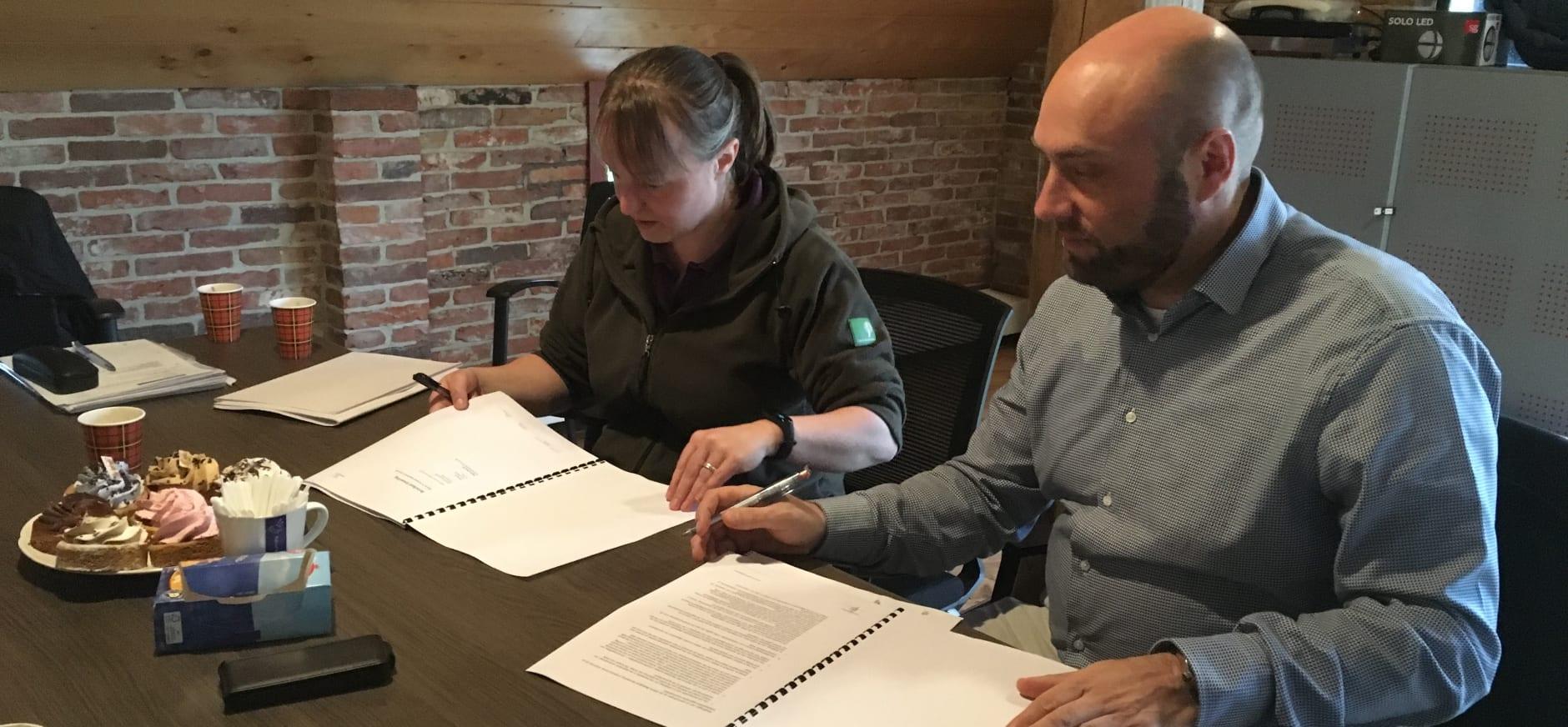 Ondertekening contract Stichting Wandelen in Westerwolde en Antea