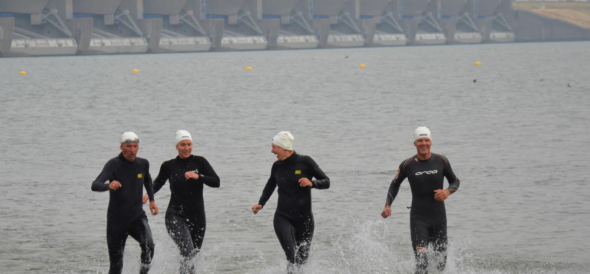 Boswachters zwemmen Haringvliet over