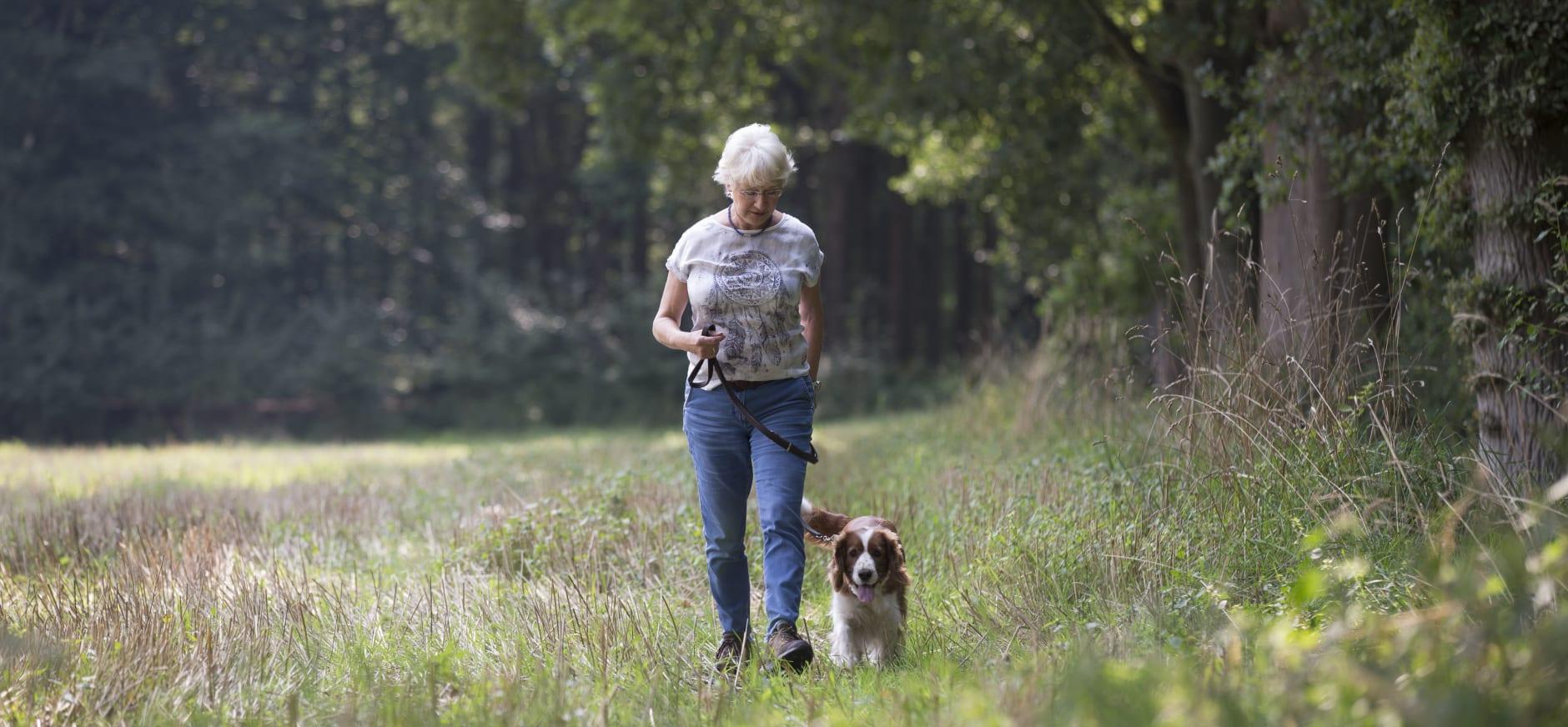 vrouw met aangelijnde hond