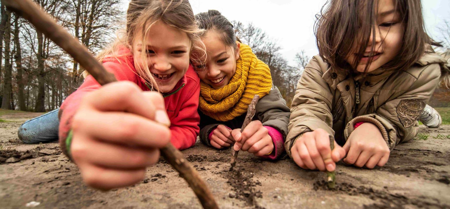 Kinderen spelen in de winter