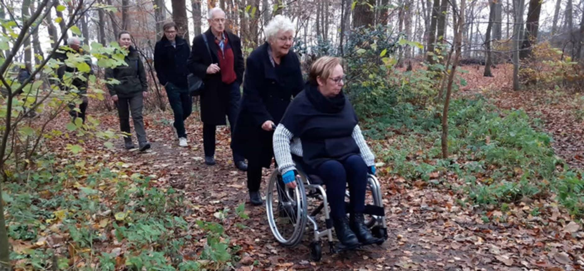 Mevrouw Els van der Made uit Made test de rolroute over Landgoed Visdonk in Roosendaal. © Henk den Ridder