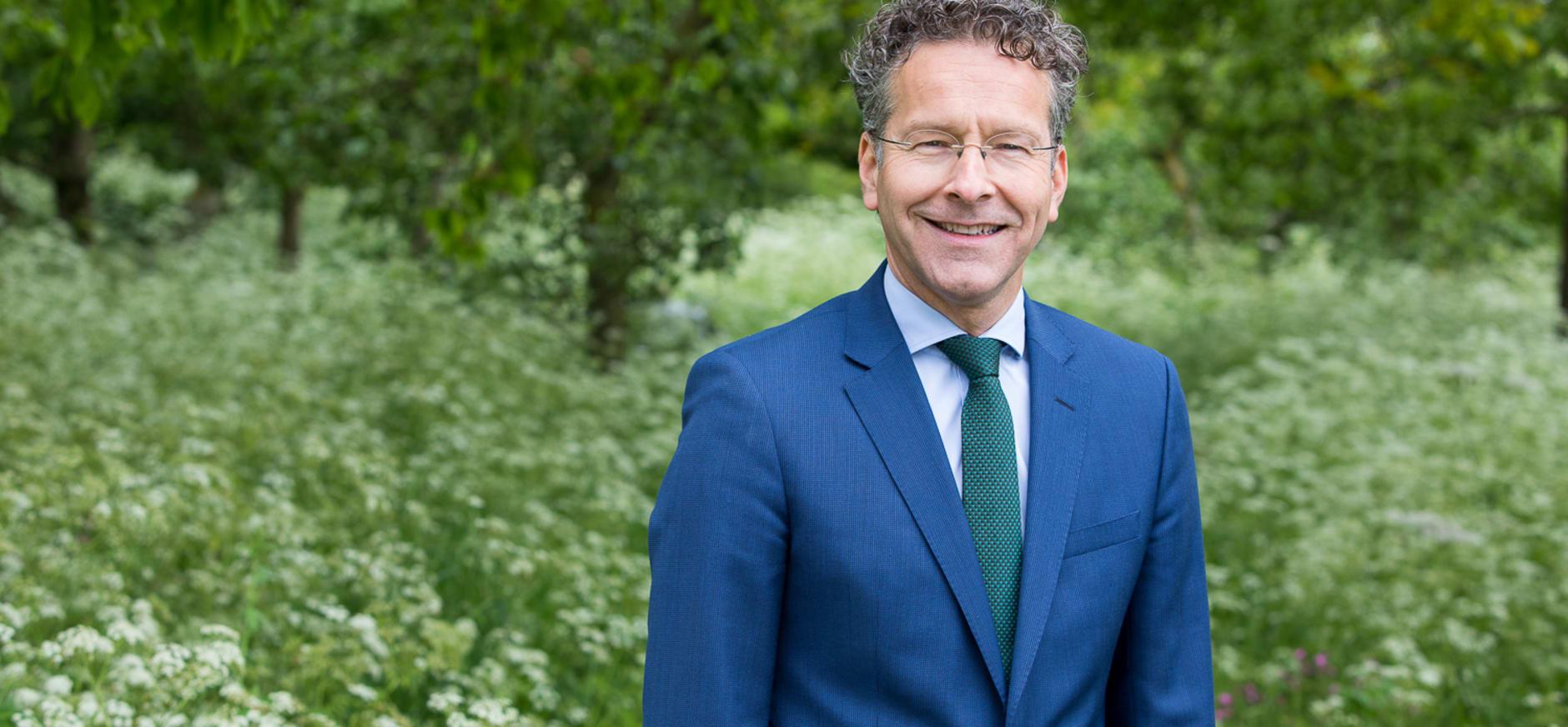 Jeroen Dijsselbloem in zijn tuin - foto Norbert Waalboer