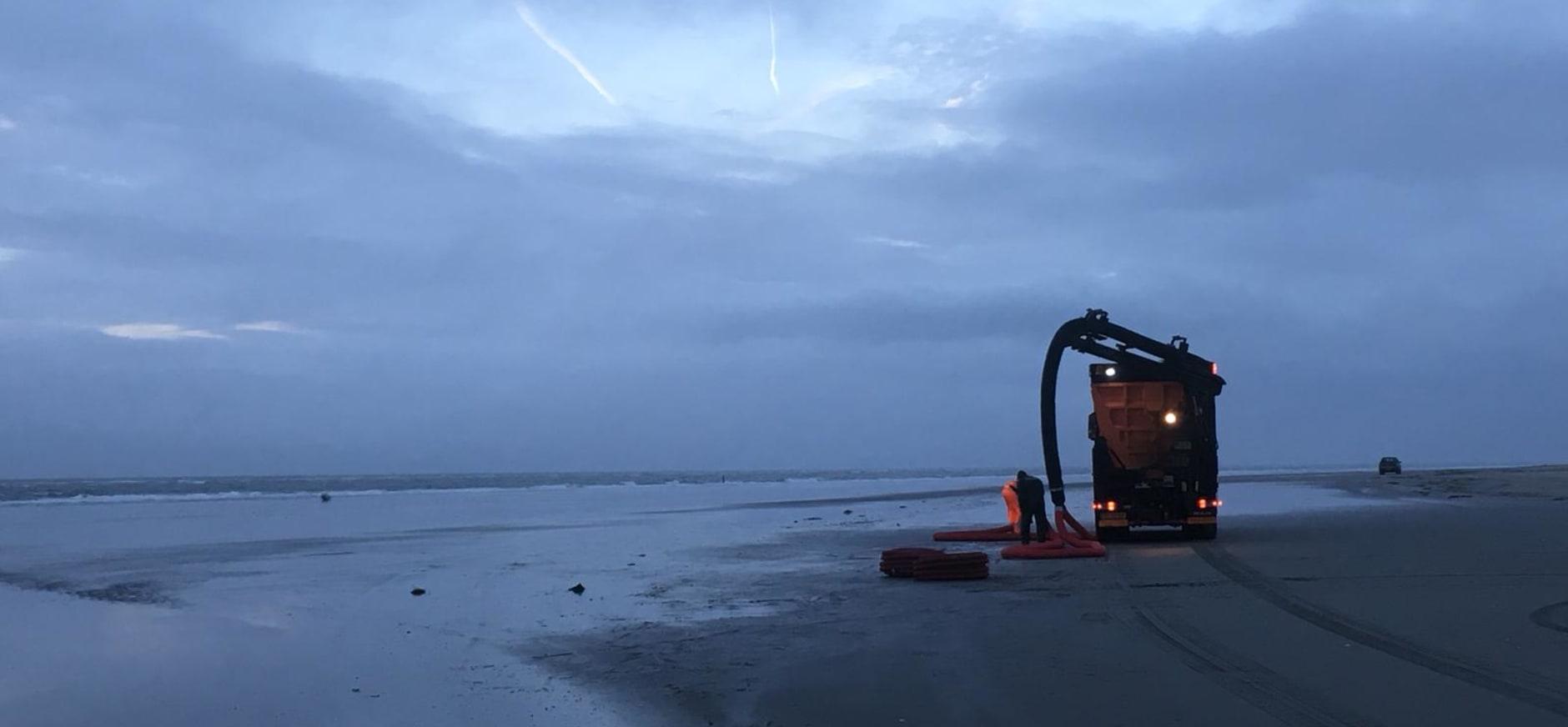 stofzuigen op het strand