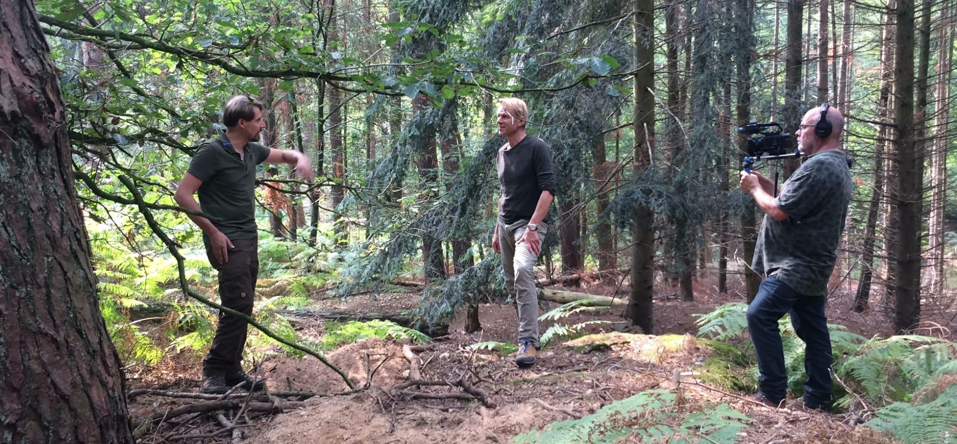 presentator Menno Bentveld en boswachter Erwin Grob bij dassenburcht