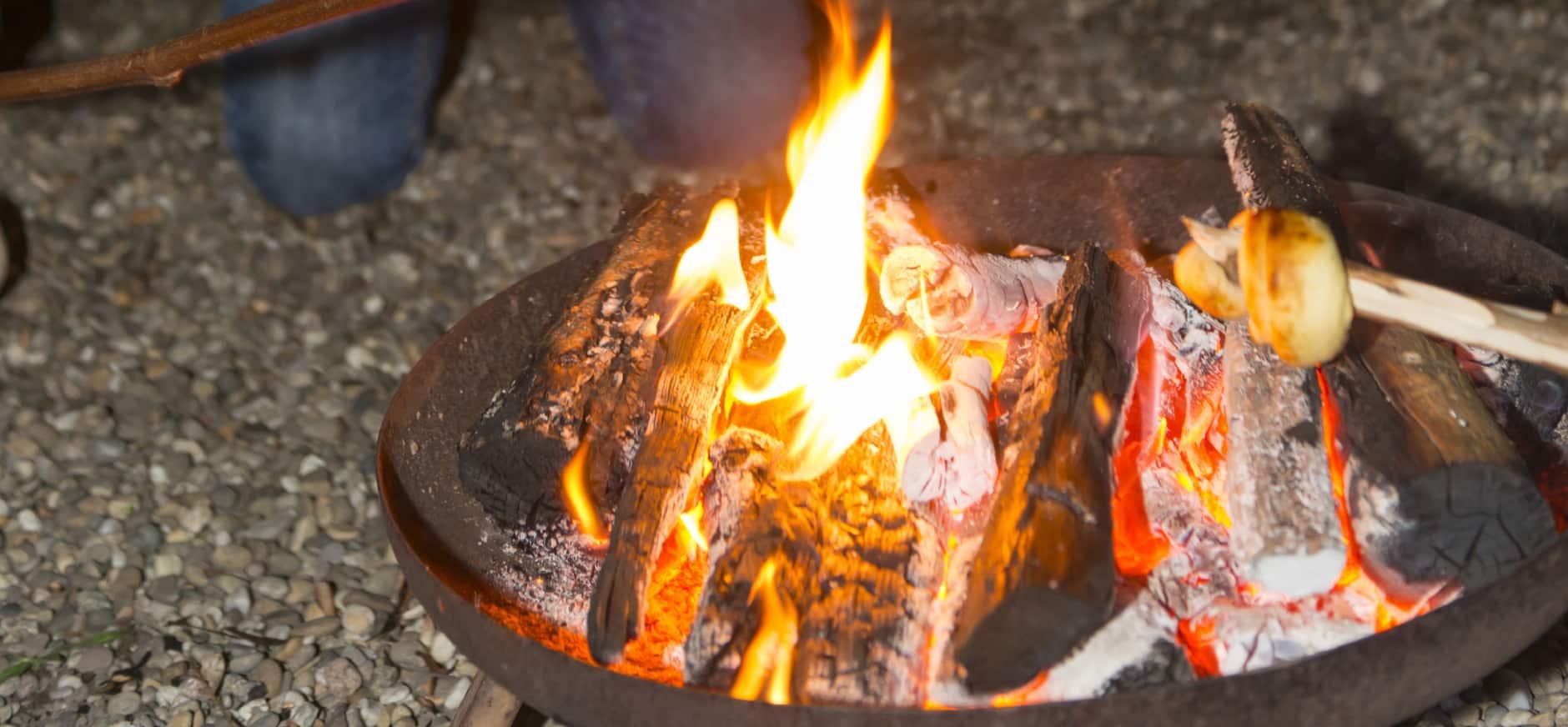 Stokbrood bakken boven het vuur