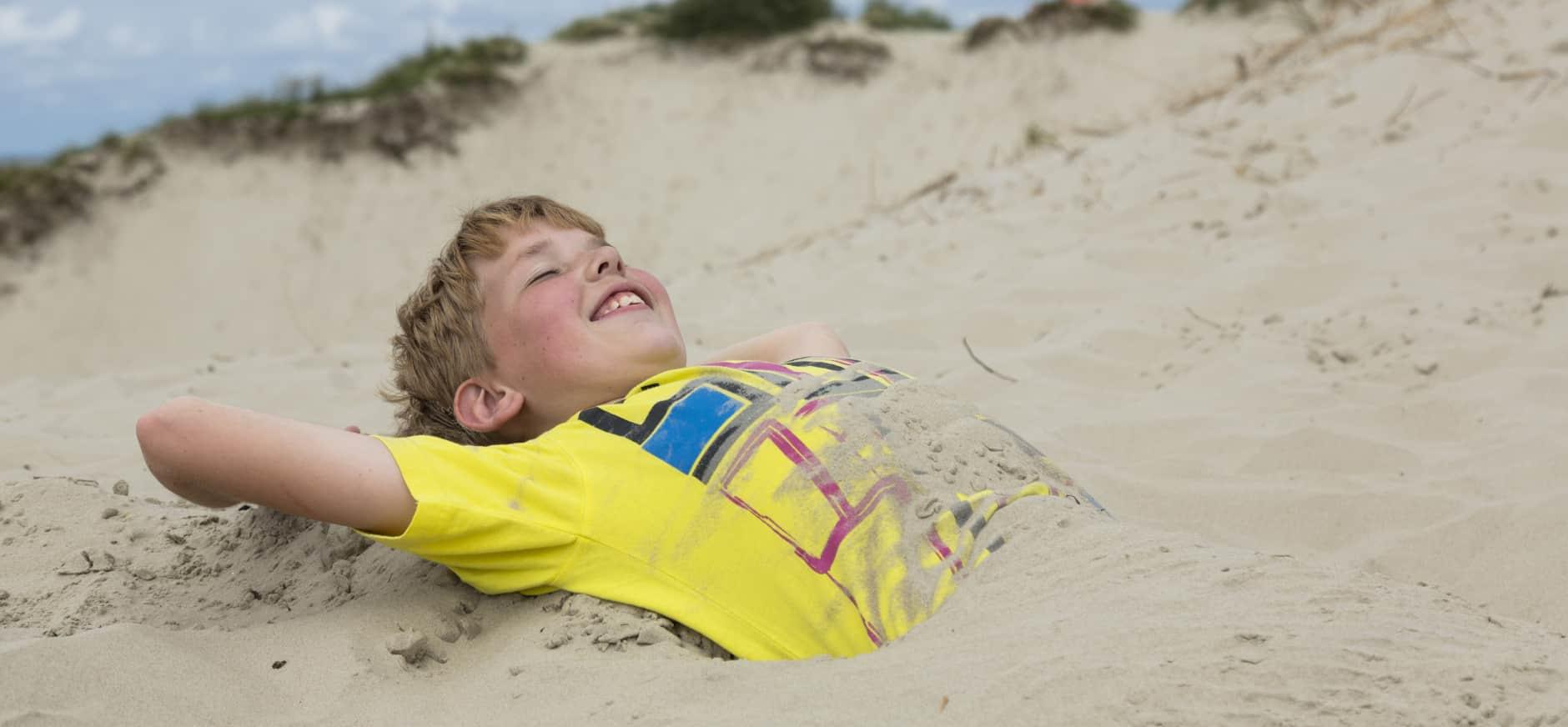 Iemand ingraven in het zand