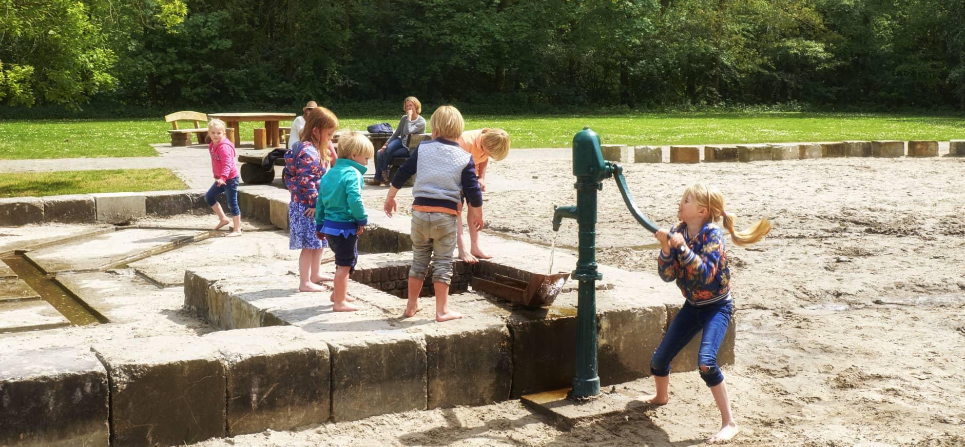Kinderen spelen bij Waterspeelplek Waterloopbos