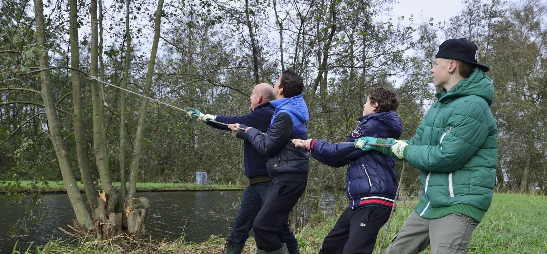 Handen uit de mouwen tijdens Natuurwerkdag Waterloopbos