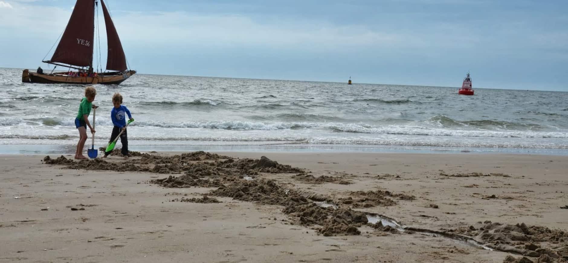 Riviertjes maken op het strand