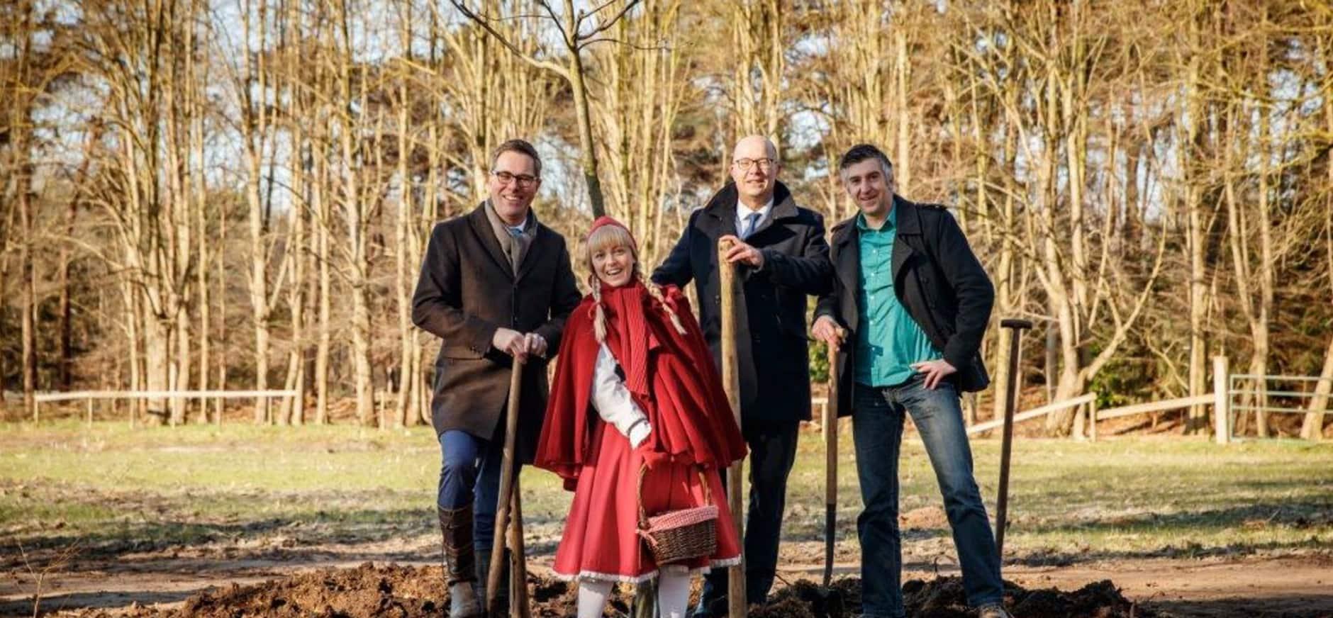 Eerste boom in de grond als t duurzame samenwerking tussen de Efteling en Natuurmonumenten