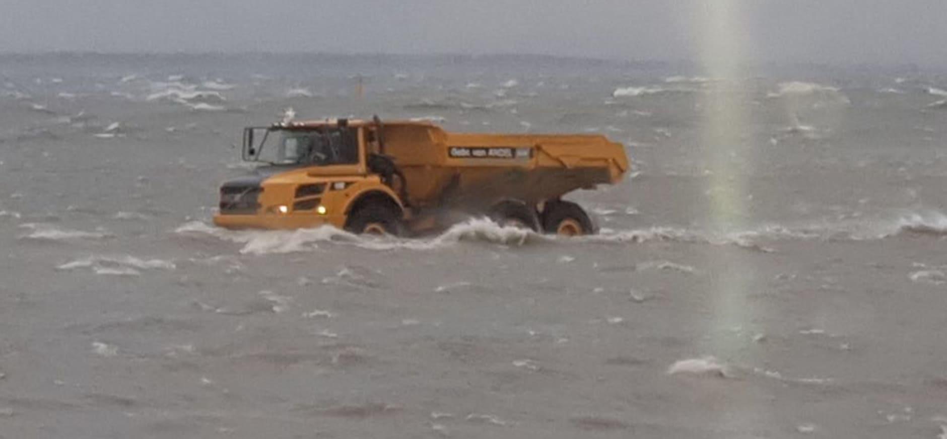 Herstel van stormschade op Marker Wadden
