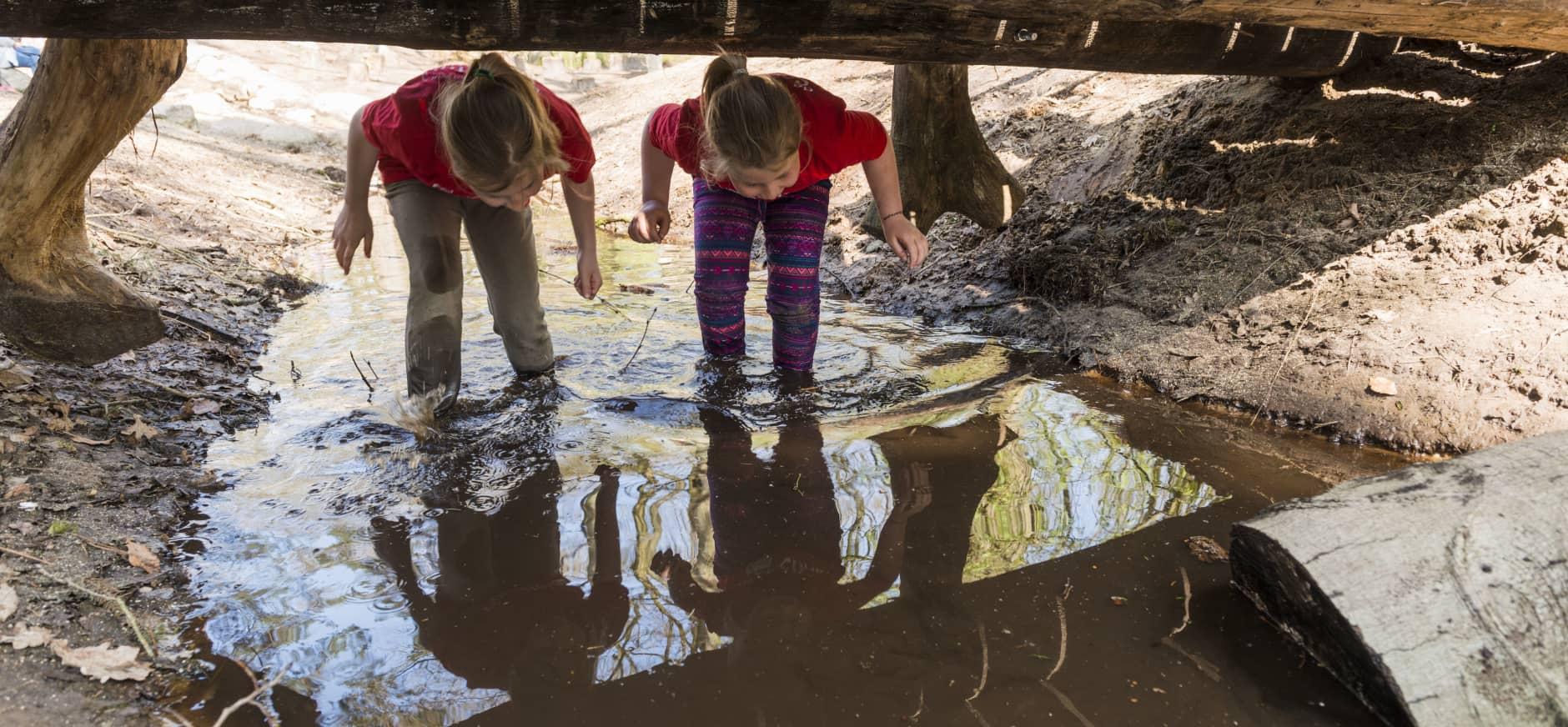 Twee kinderen vermaken zich met het lesprogramma van Oisterwijk