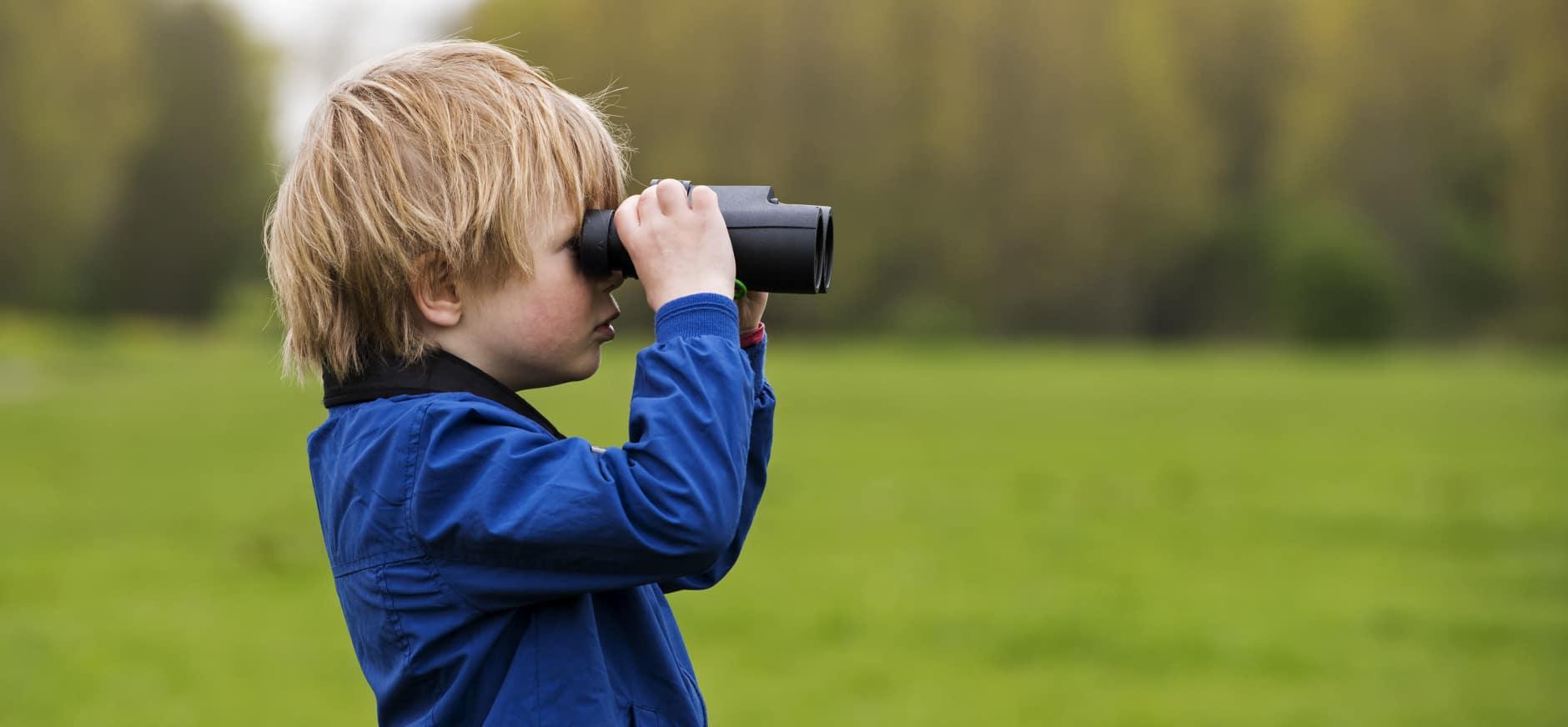 Kind met verrekijker in de Ackerdijkse Plassen