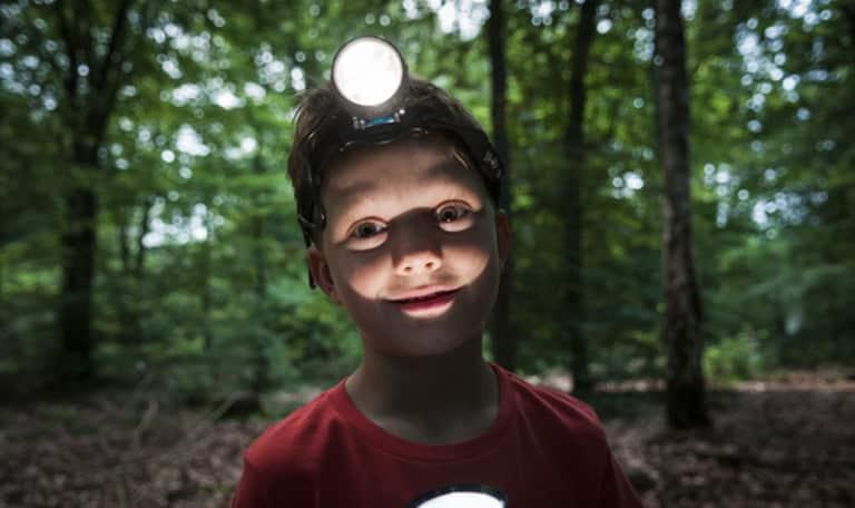 Kind met lamp