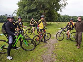 Samen met mountainbikers zetten wij routes uit.