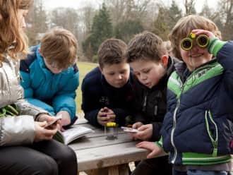 Een groepje kinderen hebben een kinderfeestje in de Zwaakse Weel
