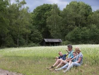 gezin bij bijenstal en graanveld De Sprengenberg