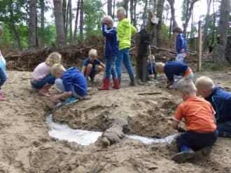 Kinderen genieten van zand en water op Speelnatuur Mosselse Zand