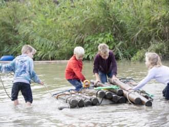 Hutten en vlotten bouwen, klauteren en klimmen. Heerlijk vies worden! Beleef je leukste schoolreisje met Natuurmonumenten.