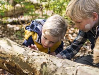 Twee kinderen vermaken zich met het lesprogramma van Gooi en Vechtstreek