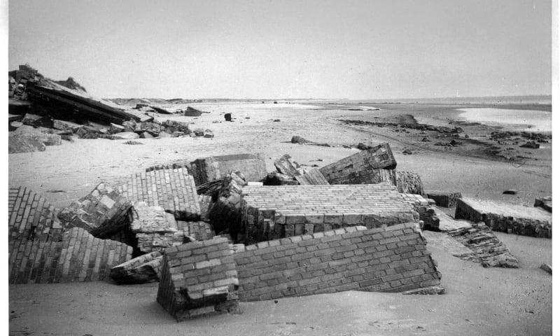 Bunkers op strand Voornes Duin