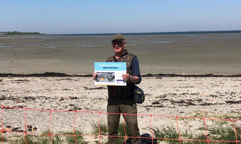Natuurmonumentenvrijwilliger en wetlandwacht Thom de Bruijn heeft zich ingezet om het strandje bij Kattendijke te beschermen