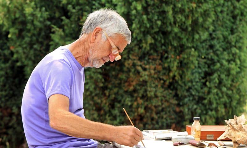 Kunstenaar Harm Echten aan het werk. Foto: Okko Vos